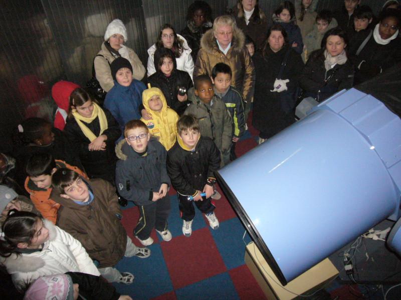 """Gruppo scolastico nella cupola con il telescopio da 24"""""""